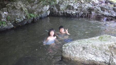 束の間の川遊び